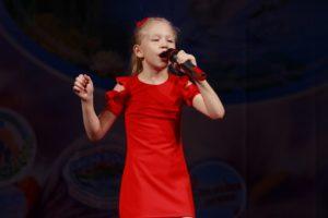 Учащаяся отделения эстрадно-джазового искусства (вокальное исполнительство) Детской школы искусств № 8, 9-летняя Александра Гайдукова